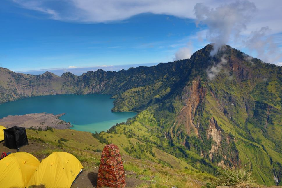 famous lakes in Indonesia, lakes near Indonesia, how many lakes in Indonesia, how many lakes are there in Indonesia, list of lakes in Indonesia, total lakes in Indonesia, lakes to visit in Indonesia, lakes in Indonesia Northern Indonesia